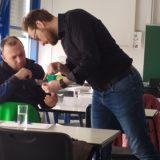 GlasCampus Torgau - im Kurs: Dozent und Kursteilnehmer prüfen ein Werkstück
